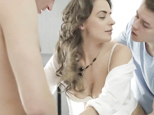 Teen Beauty Wakes Up For An Amazing Threesome